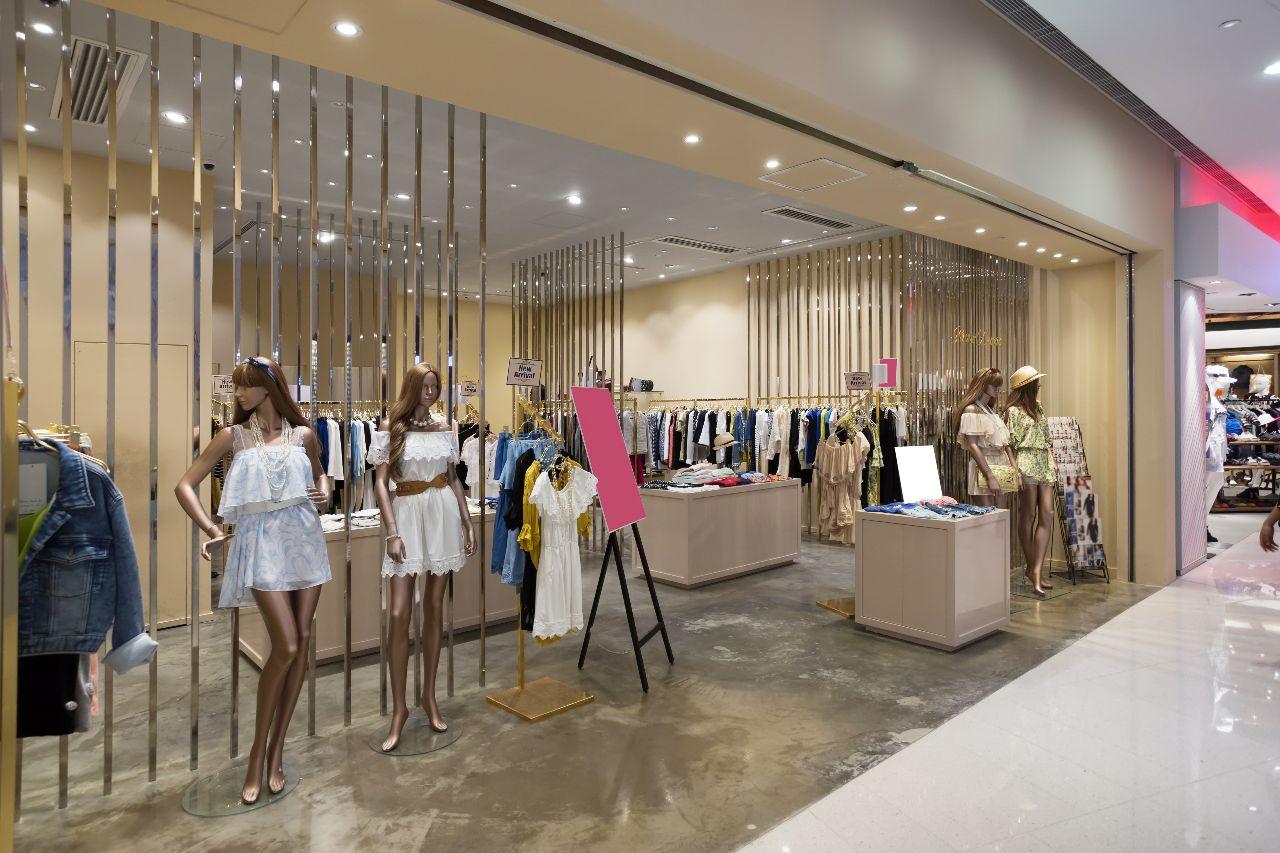 Decoración de escaparate de tienda de moda con maniquíes