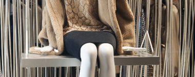 Decoración escaparates tiendas de moda en otoño